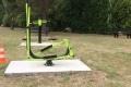 Fitnessgerät-im-Park-neben-dem-Haus